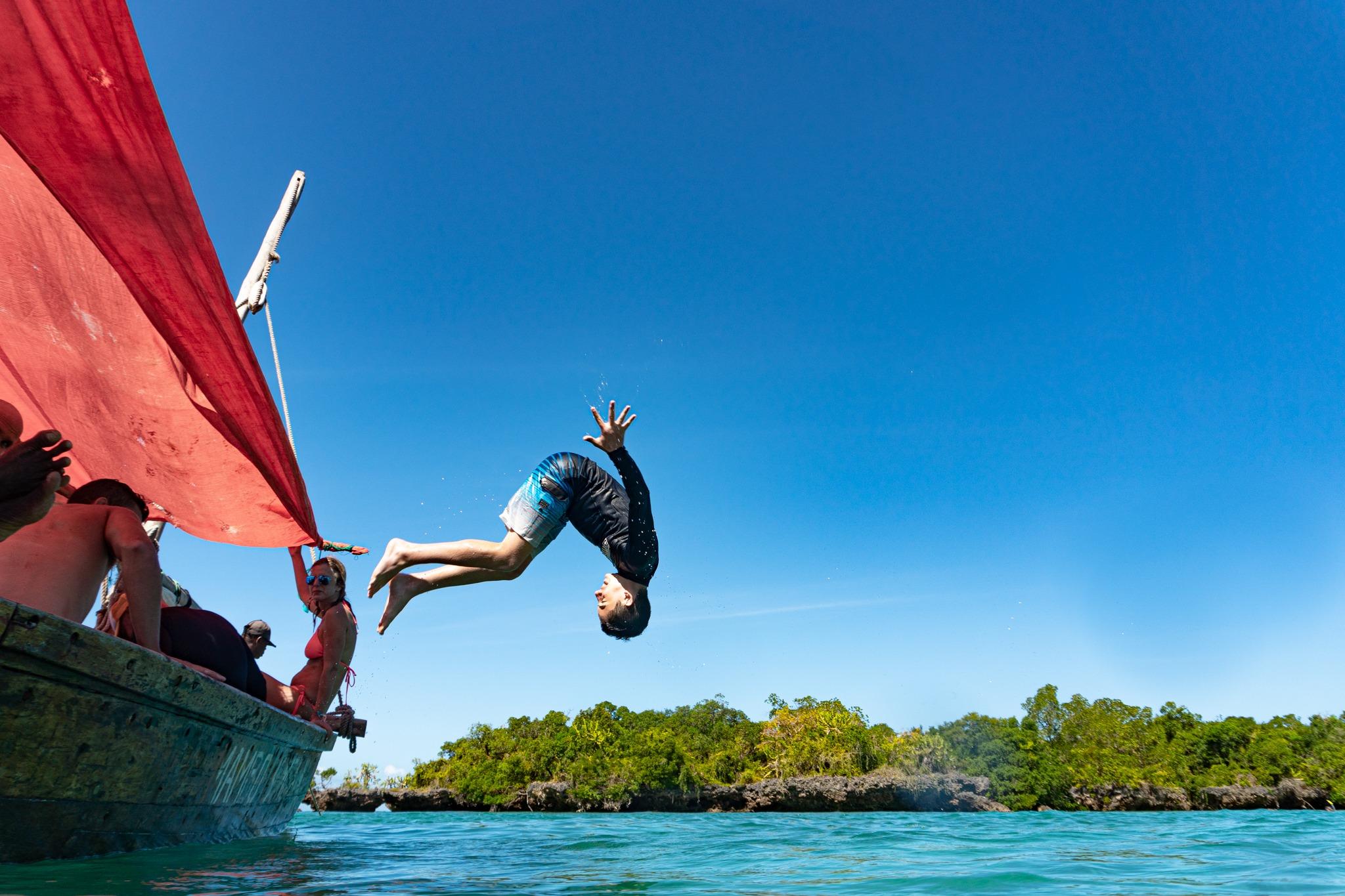 אדם קופץ מסירה זנזיבר